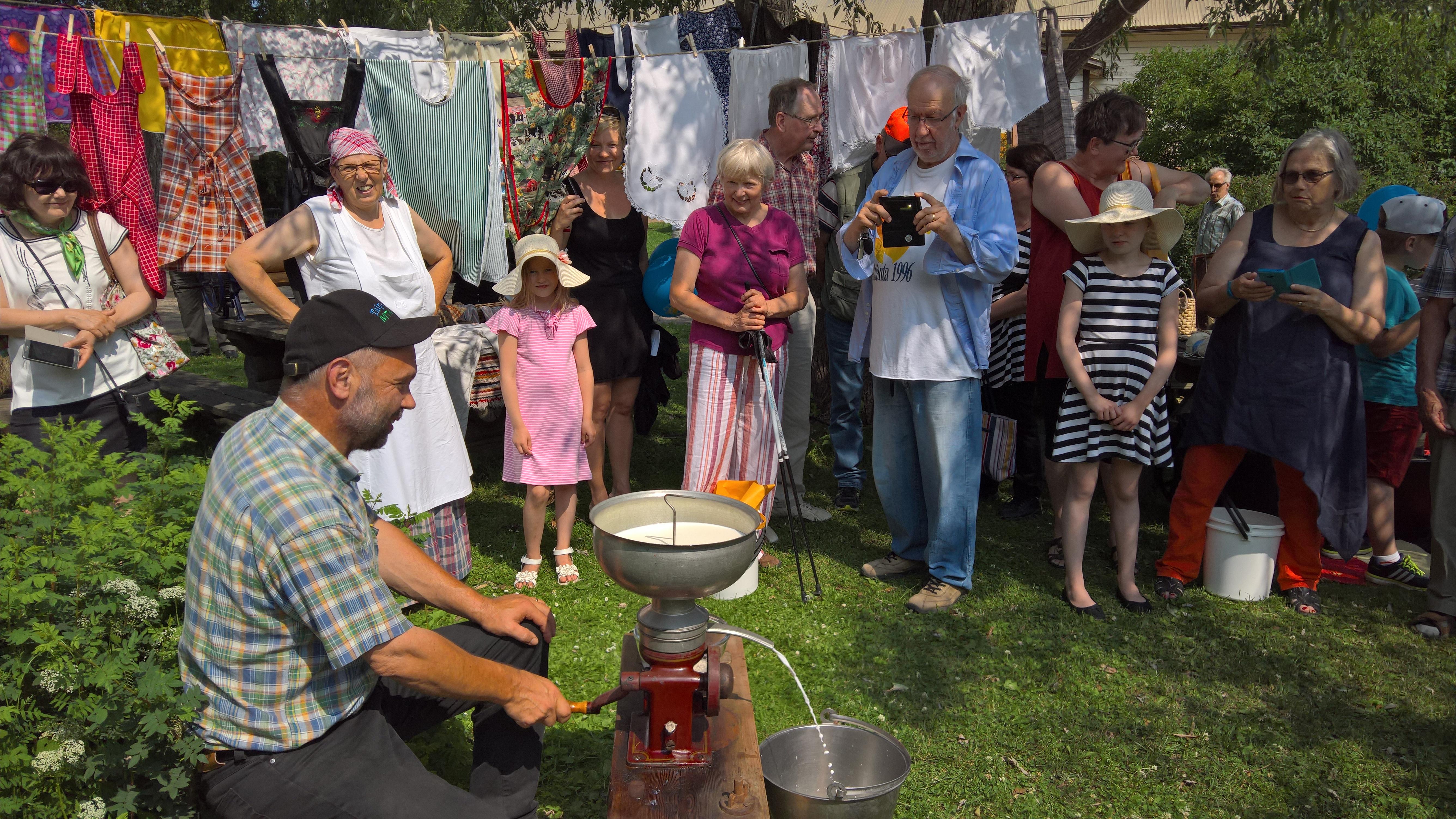 Maaseudun perinnepäivässä 2.7.2017 Röytyssä väkeä vieraili yli 1000 henkeä. Monipuolinen ohjelma kiinnosti ja paikallinen ruoka maistui tapahtumassa.
