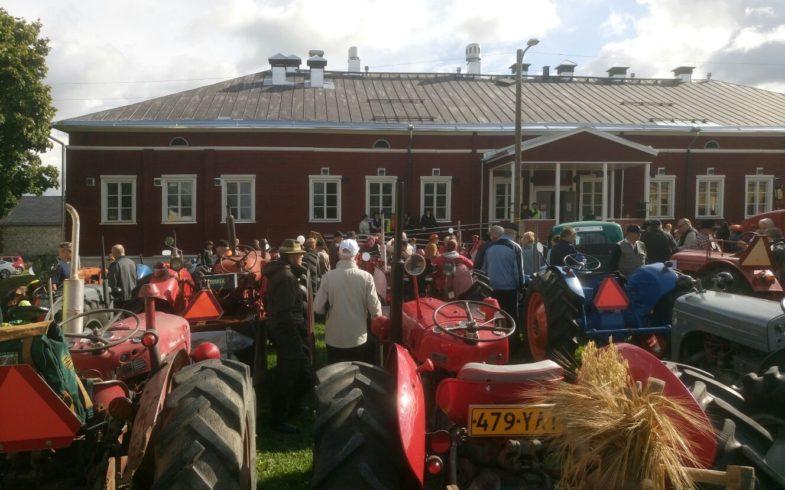Vanhojen traktoreiden Suomi 100 vuotta historia-ajo 26.8.2017 tehtiin 70 traktorin voimin