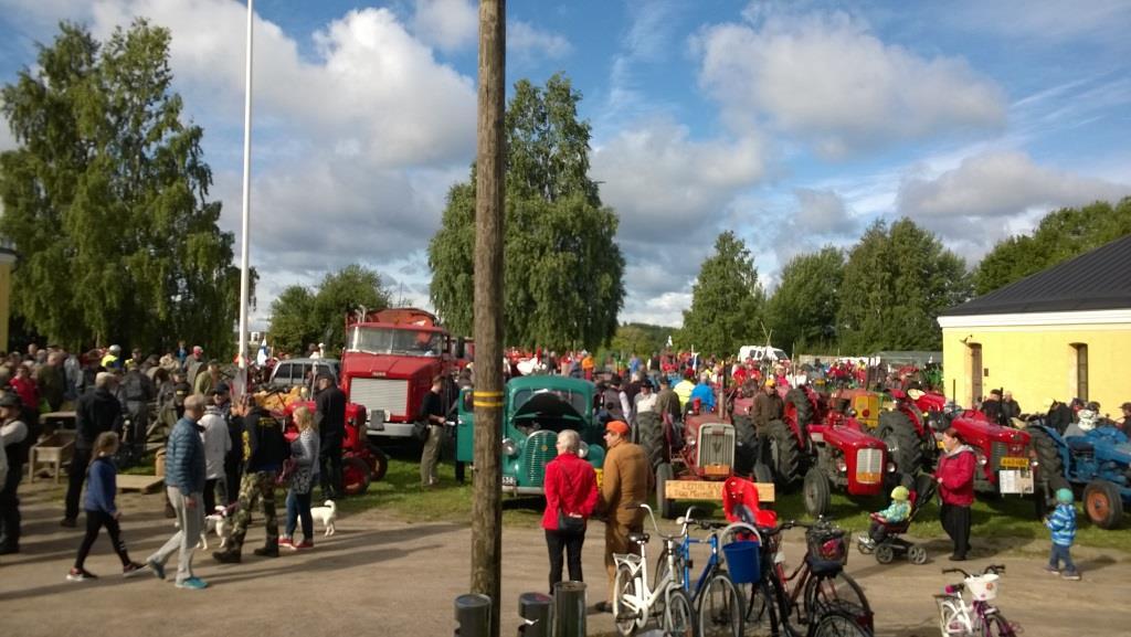 Maaseutu ja kaupunki kohtasivat Suomi 100 vanhojen traktorien historia-ajossa Linnoituksessa – Kopio