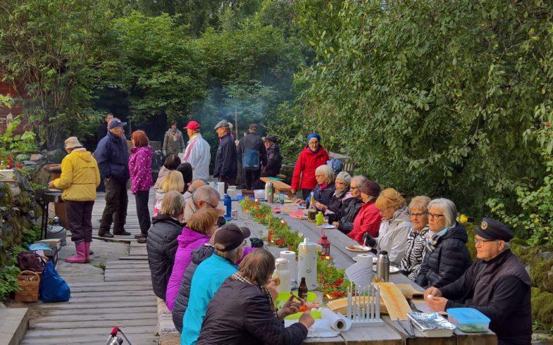 Röytyn pihattopiknikkissä viihdyttiin 40 hengen porukalla 26.8.2017 Röytyn kotiseututalolla