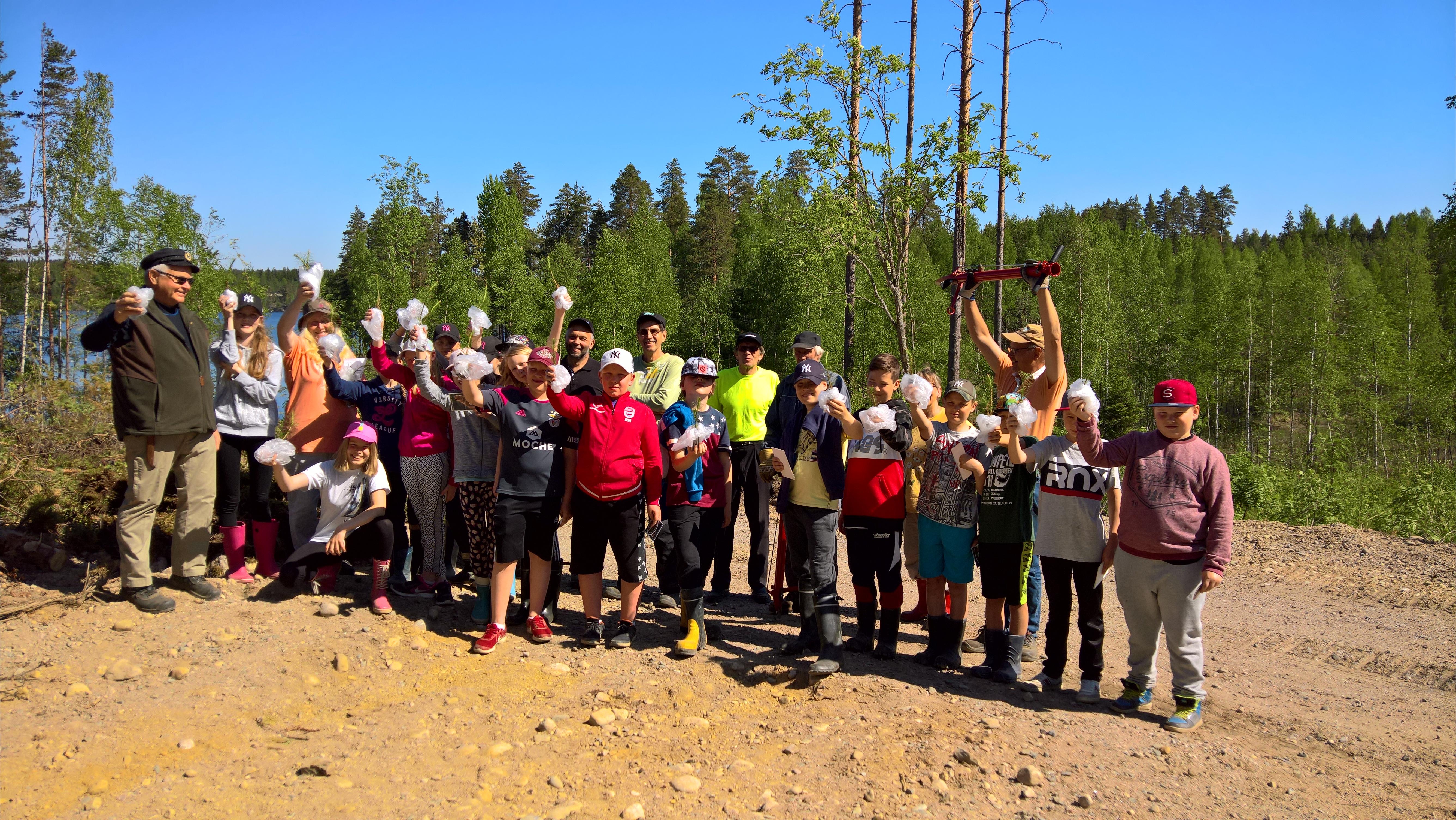 Saimaanharjun yhtenäiskoulun 5 luokka yhteiskuvassa- taimesta metsäksi