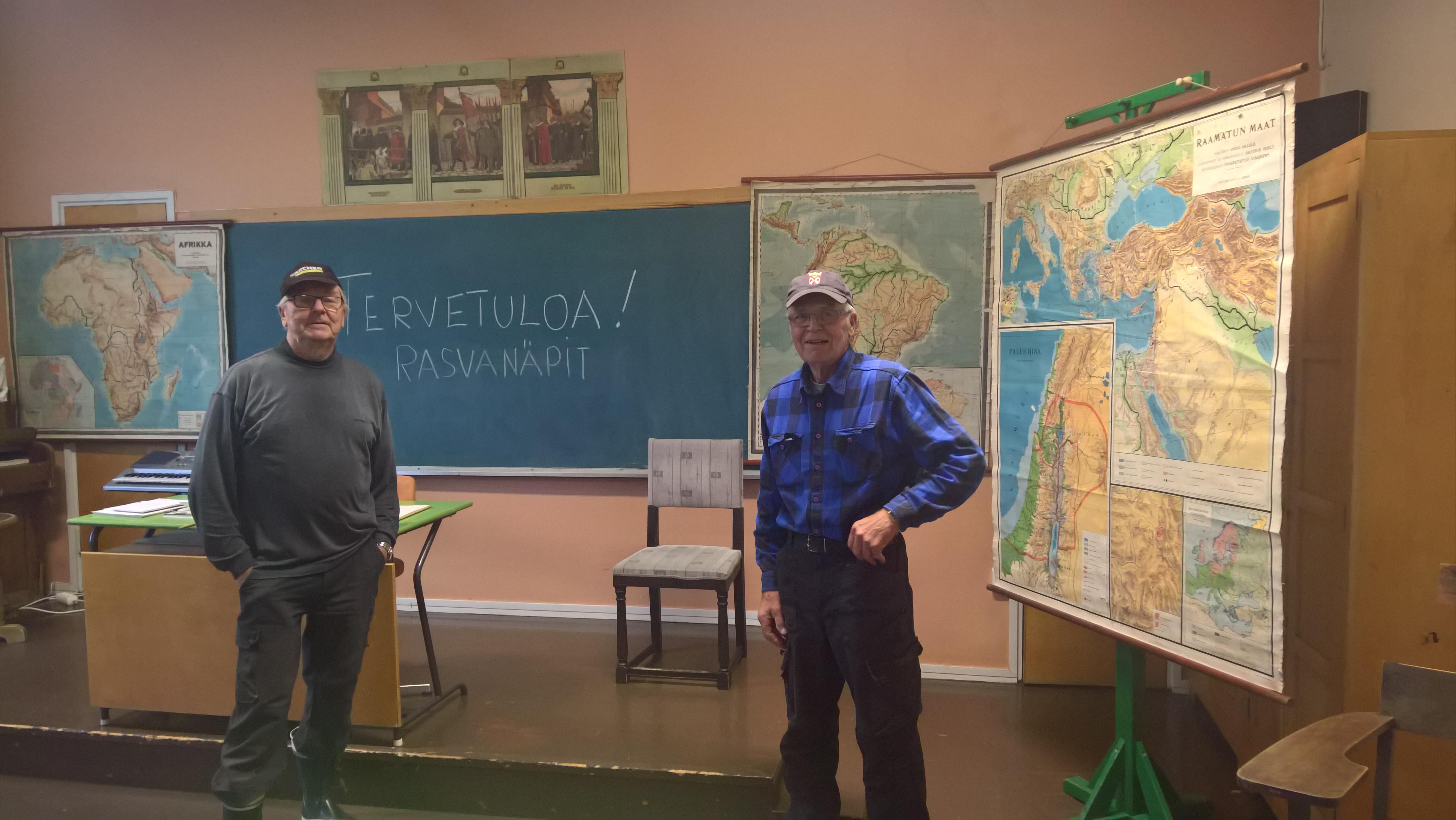 Illan isännät Jarmo ja Pertti Koivunen Haikkaanlahden vanhalla koululla