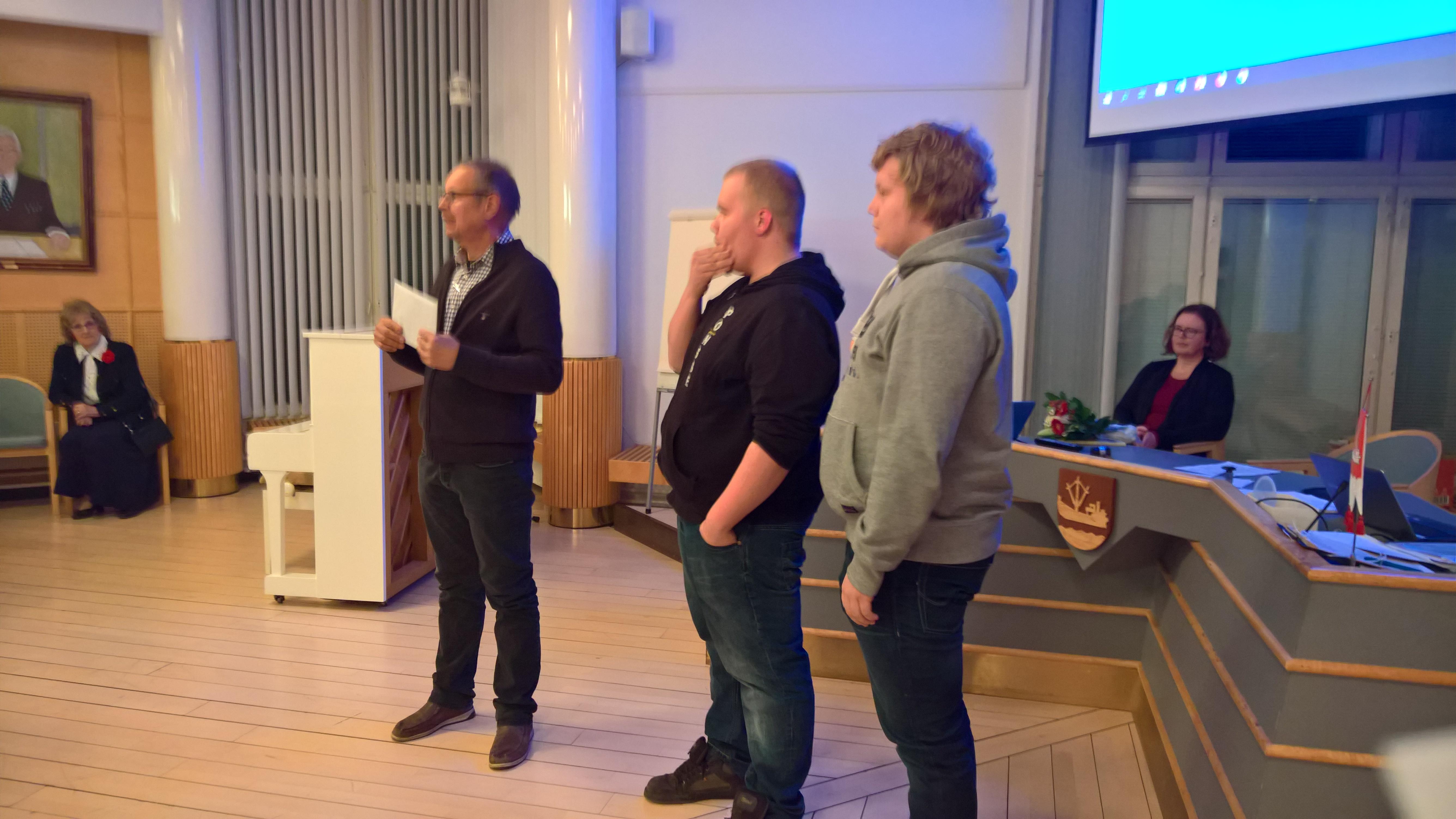 Asko Saikko luovutti stipendit Antti Kovuselle ja Jarkko Lehtoselle