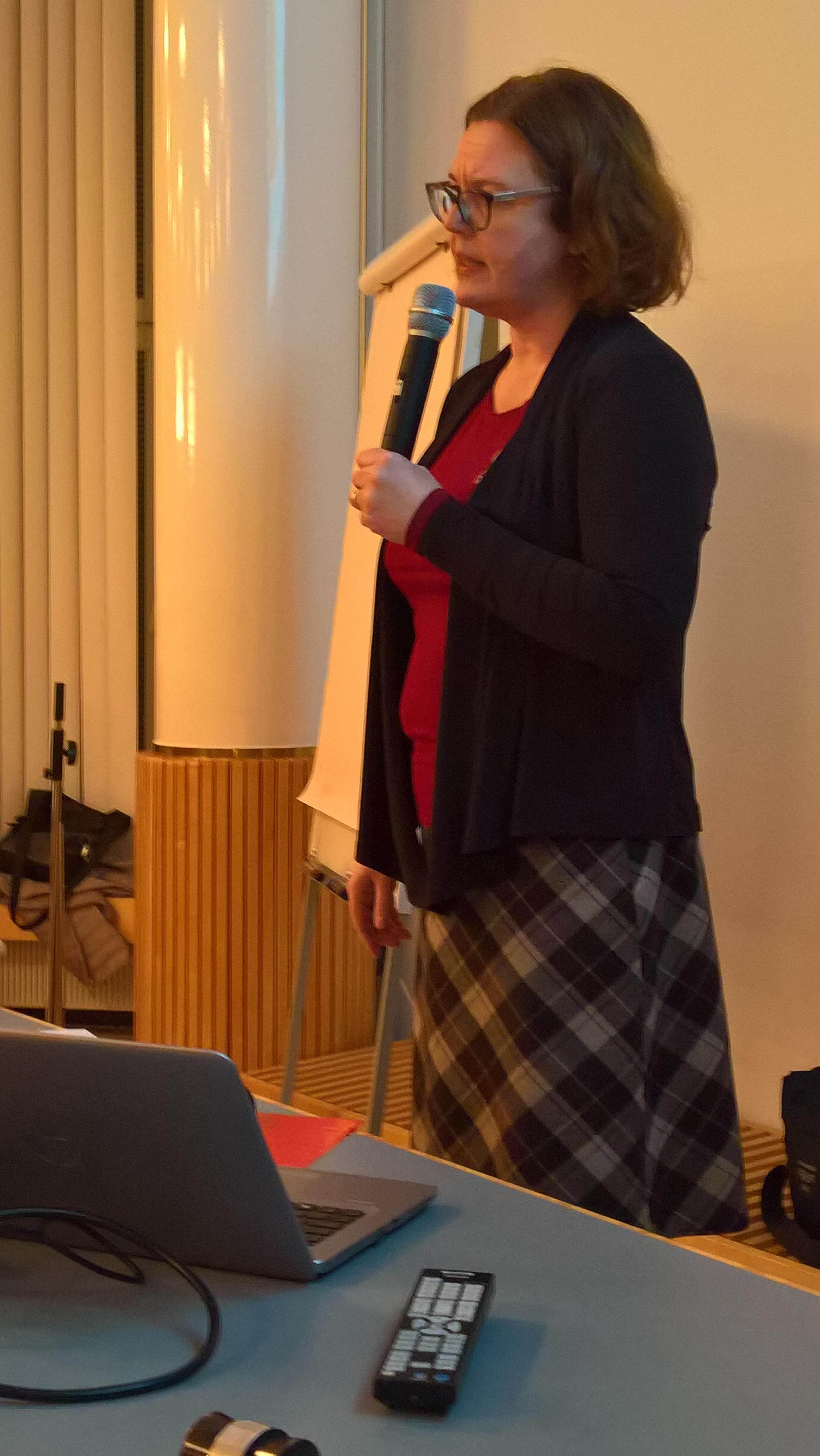 FT Kristiina Korjonen -Kuusipuro puhuu yleisölle