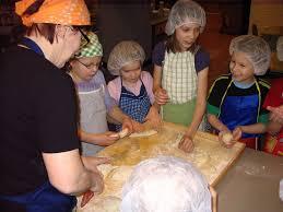 koululaiset leipoo